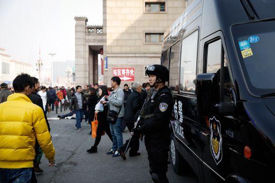 Forças especiais de segurança na estação ferroviária de Pekim.