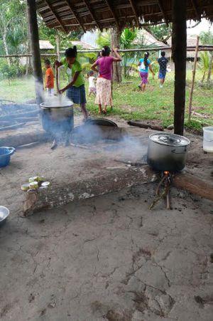 Um povoado awajún se prepara para comer.