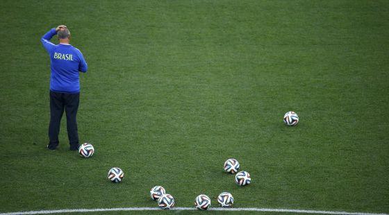 O técnico da seleção brasileira, durante um treinamento.