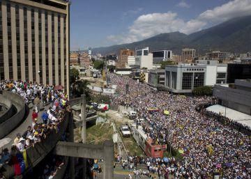 Opositores saem às ruas em Caracas para exigir o fim do chavismo. Maduro aceita fazer eleições legislativas neste ano, mas não presidenciais
