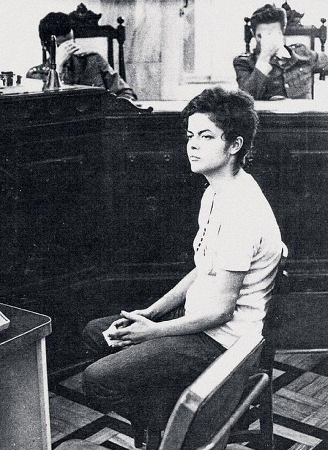 """Dilma Rousseff é interrogada por militares em 1970, logo após sua prisão.<br><i>""""Acho que nenhum de nós consegue explicar a sequela. A gente sempre vai ser diferente"""", relatou depois de eleita presidenta. """"As marcas da tortura sou eu. Fazem parte de mim"""".</i>"""
