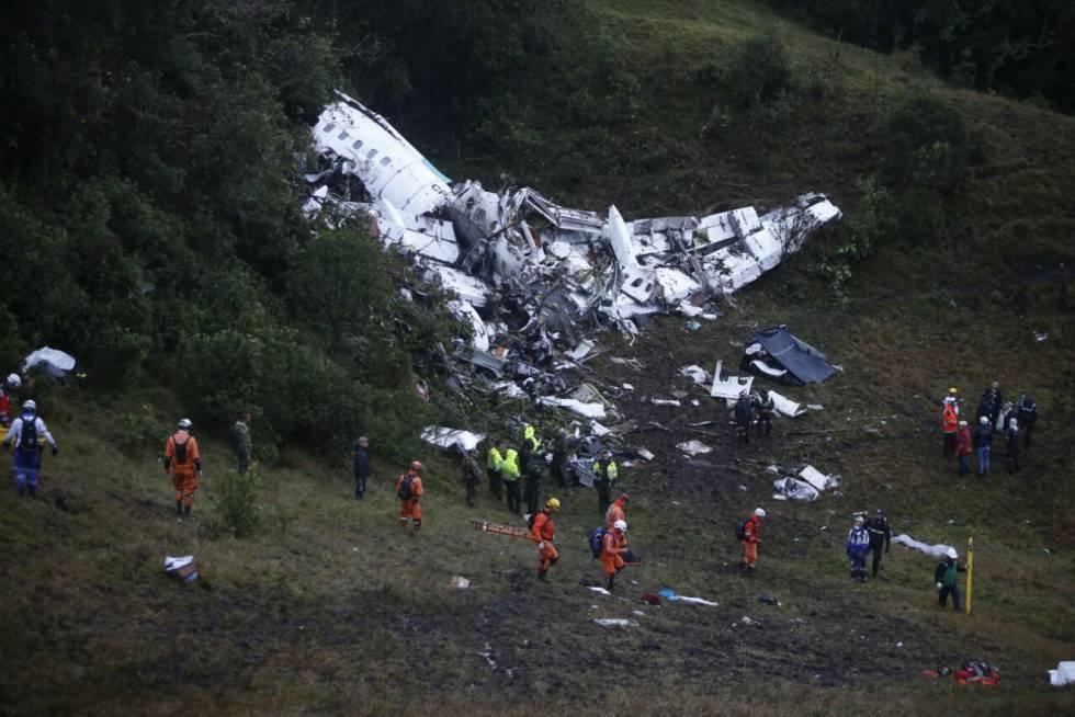 Fotografia cedida pelo jornal El Colombiano, de onde se observa o trabalho da equipe de resgate.