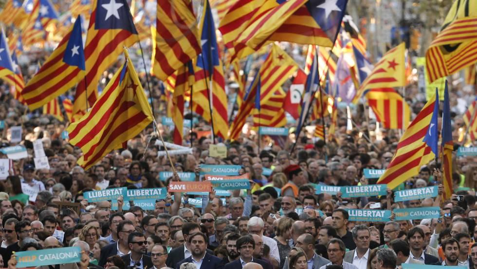 Carles Puigdemont e Oriol Junqueras na manifestação do dia 21 de outubro em Barcelona