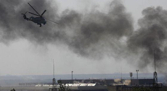 Um helicóptero ucraniano sobrevoa o aeroporto de Donetsk.