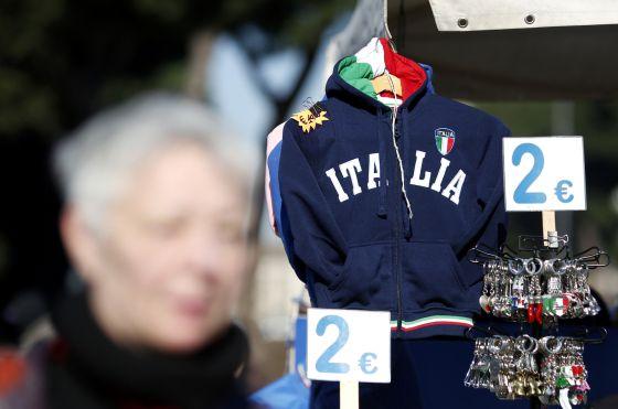 Vários produtos à venda em uma loja de souvernirs em Roma.