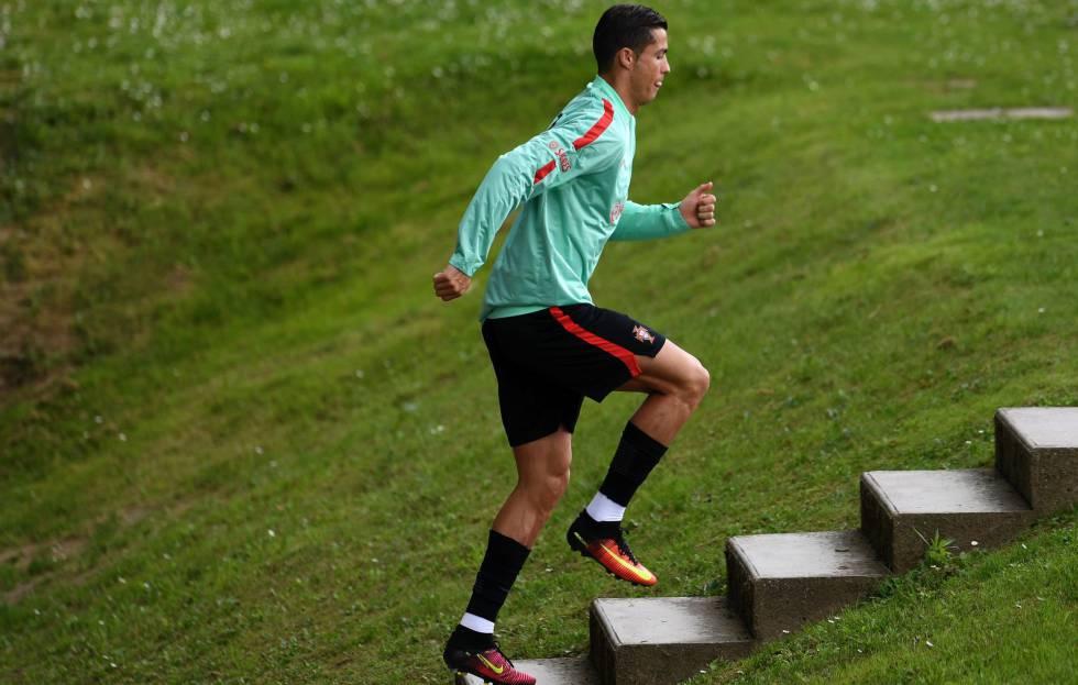 Cristiano Ronaldo durante treino de Portugal.