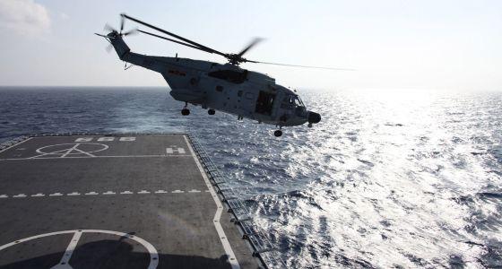 Um helicóptero sai em busca de algum sinal do avião Boeing 777-200.