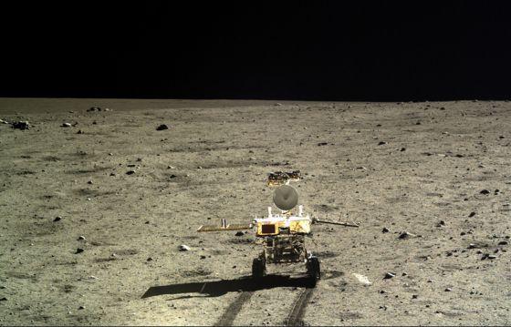 Imagem do veículo motorizado 'Yutu' no solo da Lua.