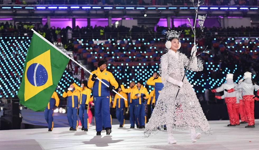 Edson Bindilatti, do bobsled, leva a bandeira do Brasil na cerimônia.