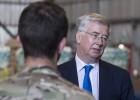 """O ministro da Defesa britânico, Michael Fallon, assegura que a operação no Iraque """"vai além da missão humanitária"""""""