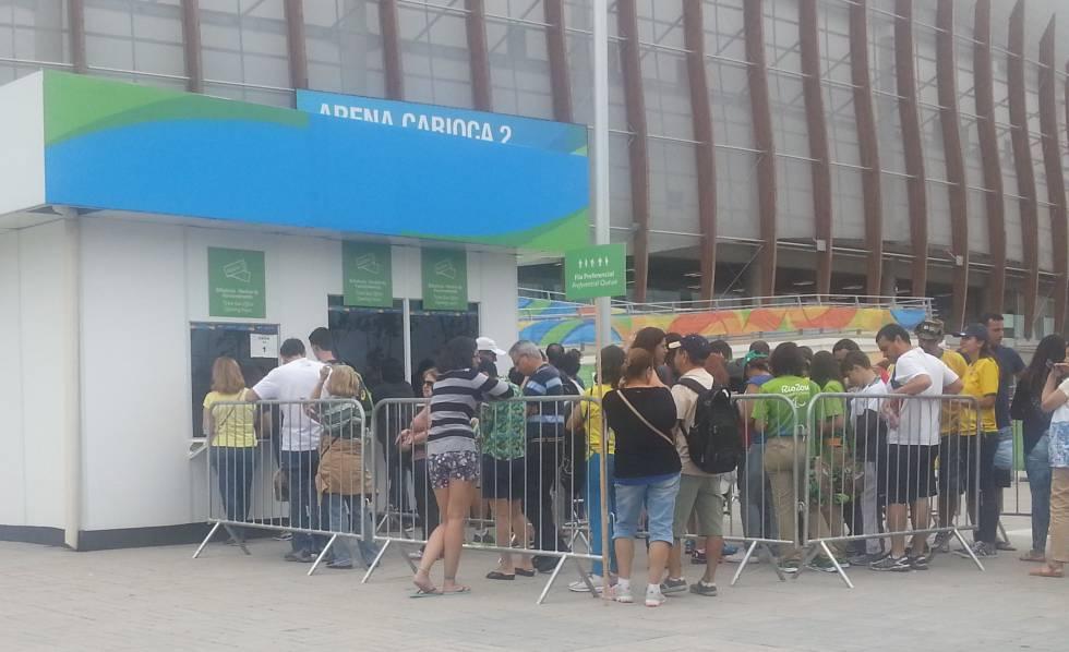 Grupo de pessoas faz fila para comprar entradas aos Jogos Paralímpicos.