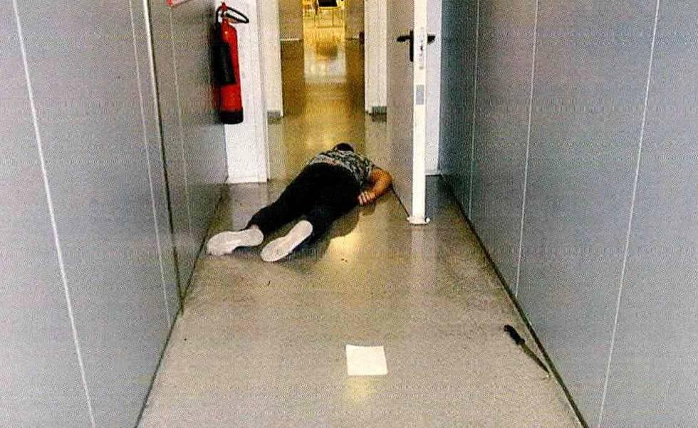 O corpo de Abdel Taib após ser atingido por uma policial que ele atacou nos arredores de Barcelona.