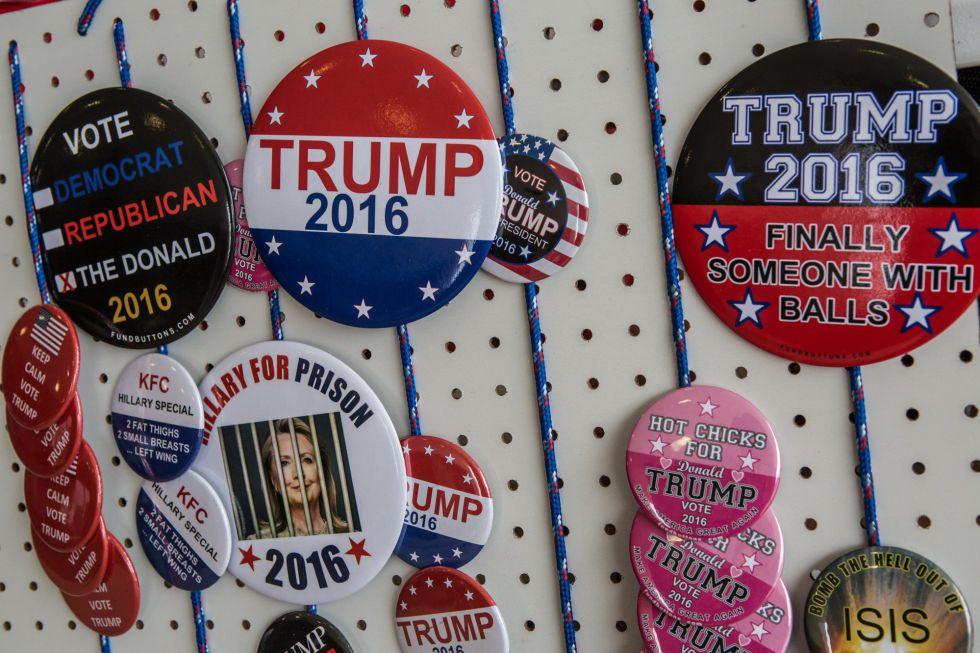 Broches para seguidores de Trump em um posto de venda em Iowa.