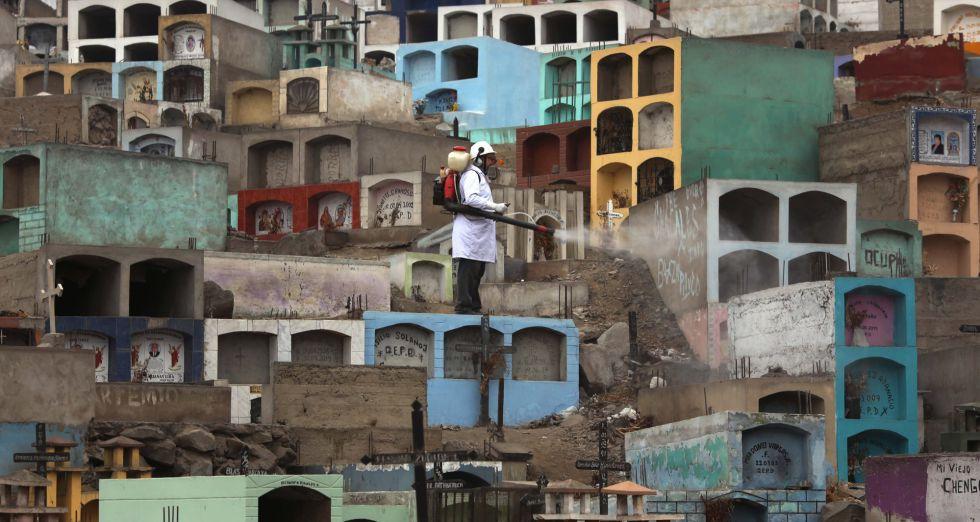Agente de saúde fumiga na última terça-feira um cemitério dos arredores de Lima para evitar a propagação da dengue, do Chikungunya e do zika.