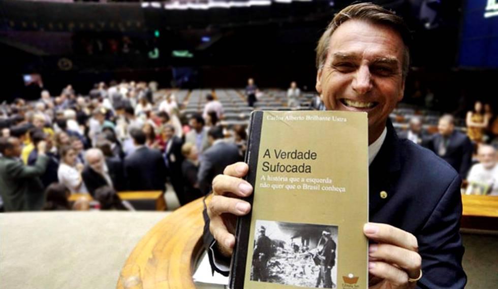 Bolsonaro exibe livro de Carlos Brilhante Ustra no Congresso.