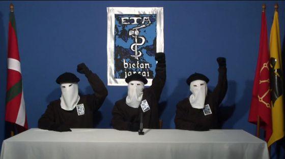 Três terroristas do ETA anunciam o cessar-fogo permanente em 20 de outubro de 2011.