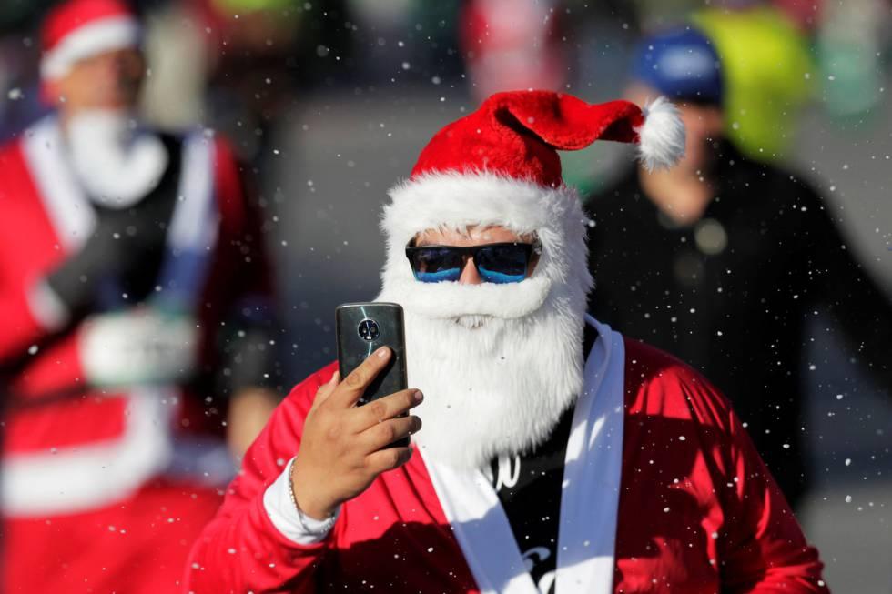 Homem vestido de Papai Noel em Monterrey (México), na semana passada.