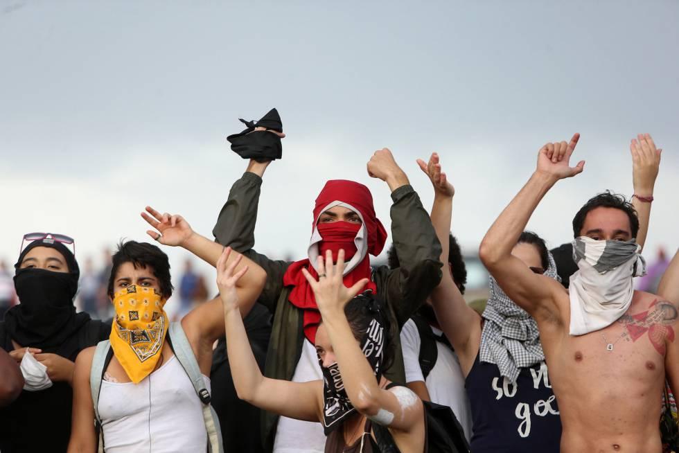Manifestantes protestam contra votação da PEC 55, em Brasília.