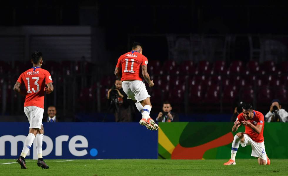Vargas comemora gol com Isla e Pulgar no Morumbi.