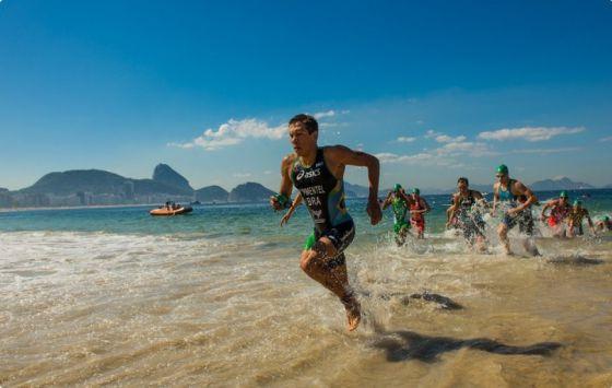 Evento-teste de triatlo em Copacabana.
