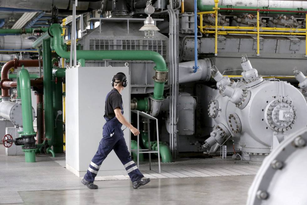 Operário trabalha na única usina de gás dos países bálticos, em Inčukalna (Letônia).