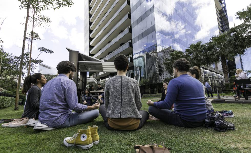 Grupo de meditação na avenida Faria lima, em São Paulo.