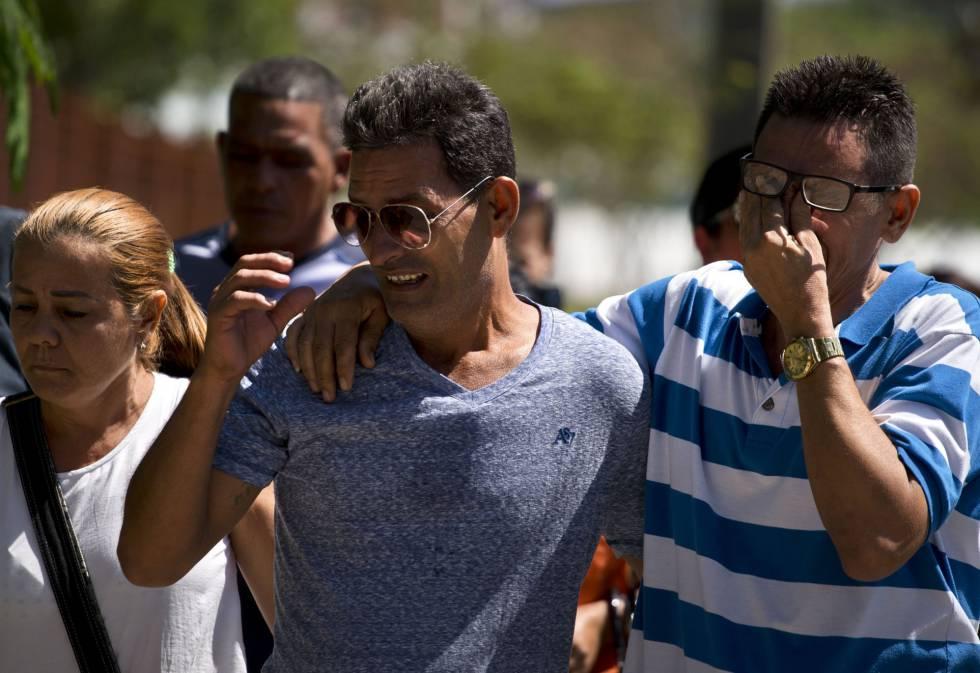 Parentes de vítimas do acidente aéreo choraram e se abraçaram na porta do necrotério.