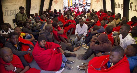 Imigrantes são atendidos pela Cruz Vermelha em Tarifa (Cádiz) depois de serem resgatados.