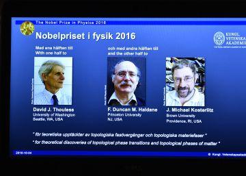 David Thouless, Duncan Haldane e Michael Kosterlitz recebem a premiação da Real Academia Sueca de Ciências