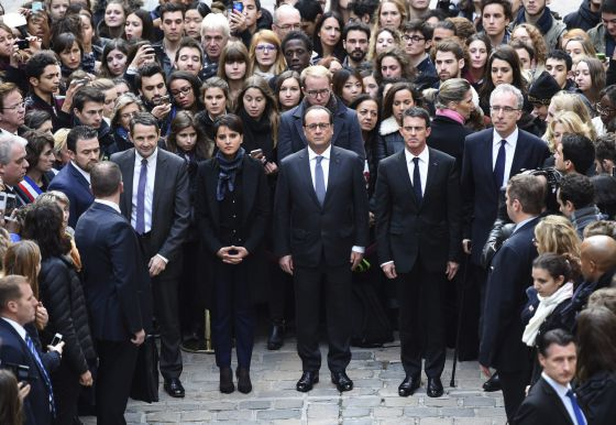 Hollande (centro) e outras autoridades fazem um minuto de silêncio.