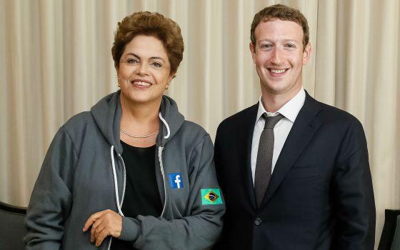 Dilma posa ao lado de Mark Zuckerberg na Cúpula das Américas, em abril.