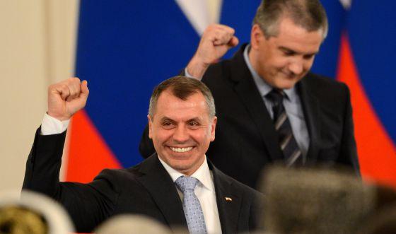 Axiónov, primeiro-ministro de Crimea, em primeiro termo, e o chefe do Legislativo, Konstantinov, nesta terça-feira em Moscú.