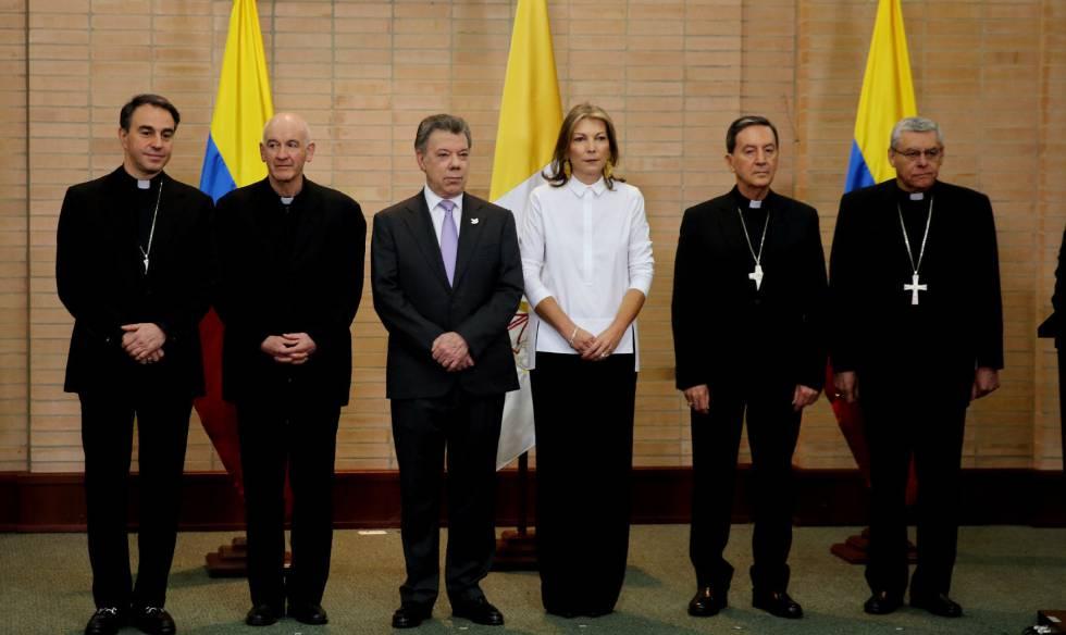 O núncio apostólico e Juan Manuel Santos anunciam a visita do Papa.