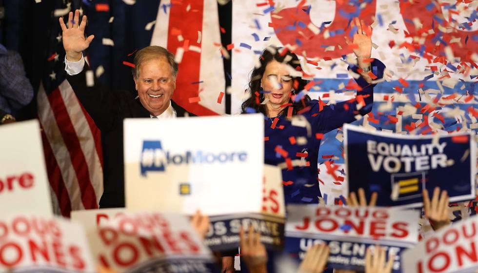 Doug Jones ao lado de sua mulher Louise Jones depois da vitória.