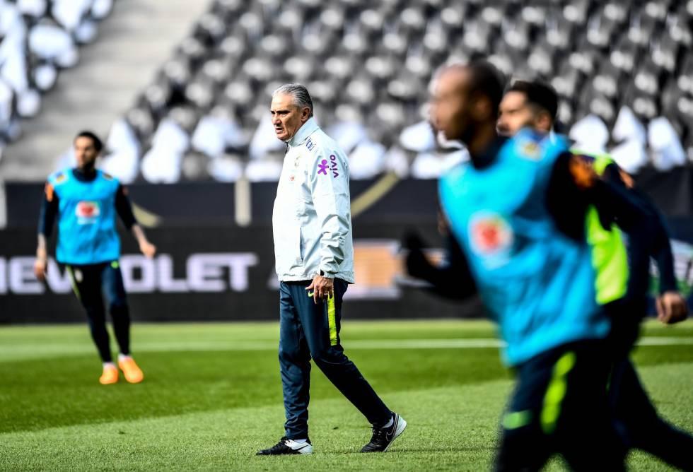 O técnico Tite comanda o treino da seleção brasileira de futebol em Berlim, nesta segunda-feira, 26 de março.