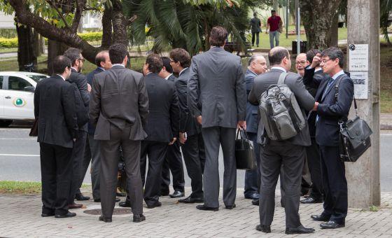 Advogados que atuam na Lava Jato em frente à sede da Polícia Federal em Curitiba.