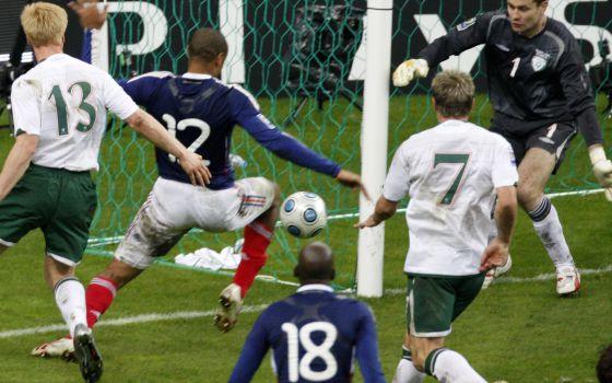 Thierry Henry, no momento do passe a Gallas, depois de ter ajeitado a bola com a mão.