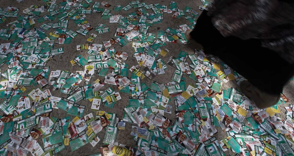 Santinhos espalhados durante votação