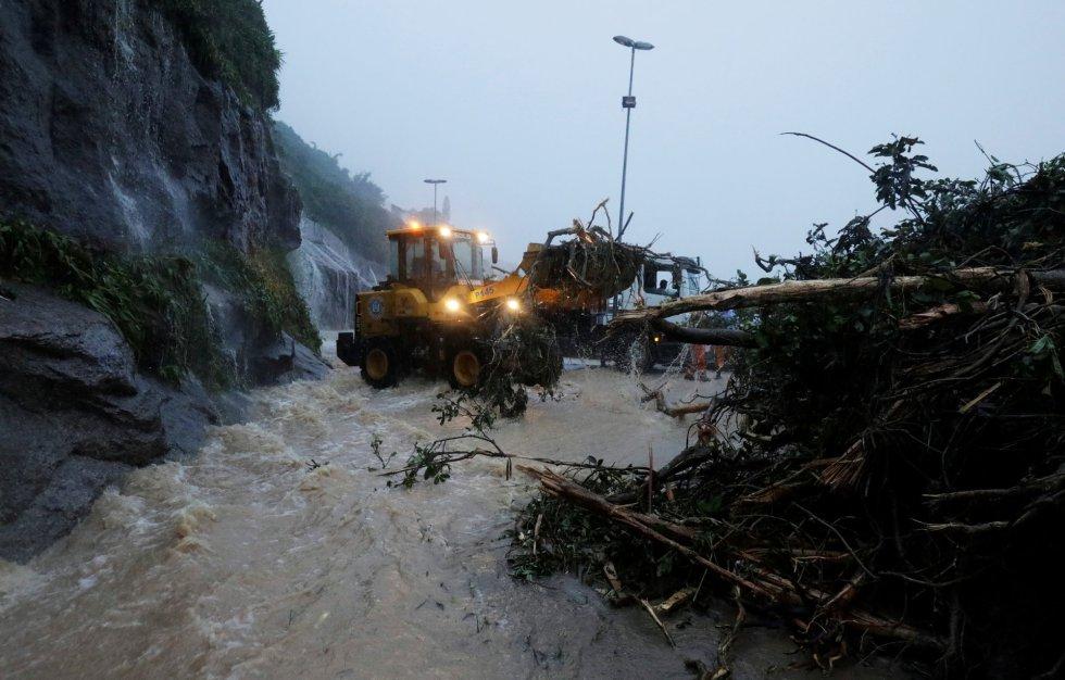 As fortes chuvas que atingiram o Rio de Janeiro entre a noite desta segunda-feira, 8, e a manhã desta terça-feira deixaram pelo menos quatro pessoas mortas e causaram destruição na cidade. Na foto, um trator retira entulhos na Avenida Niemeyer, onde mais um trecho da Ciclovia Tim Maia desabou.