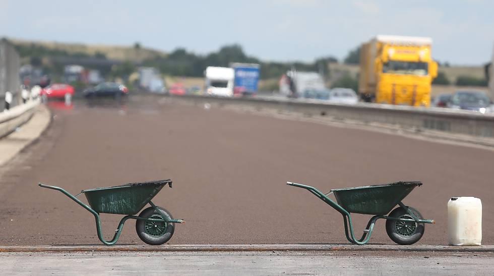 Carrinhos de mão sinalizam as obras de manutenção da rodovia A14 perto de Tornau.