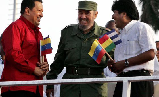 Chávez, Fidel e Morales conversam durante a cerimônia de ingresso da Bolívia na ALBA, em abril de 2006, em Havana.