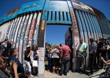 Polícia de fronteira dos EUA permitiu que a cerca fronteiriça com Tijuana (México) fosse aberta durante alguns minutos para que as famílias separadas pudessem se abraçar