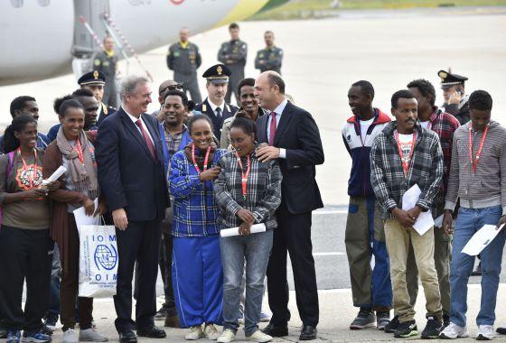 O ministro do Interior italiano (centro) e o ministro das Relações Exteriores luxemburguês com o grupo de refugiados eritreus, na sexta-feira em Roma.