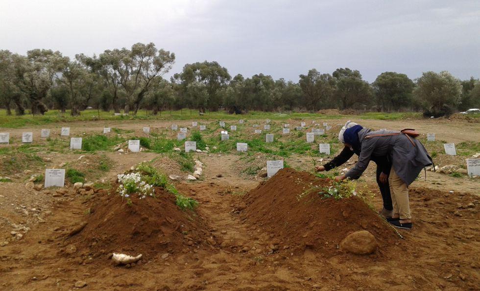 Enterro de dois refugiados sírios em Lesbos.