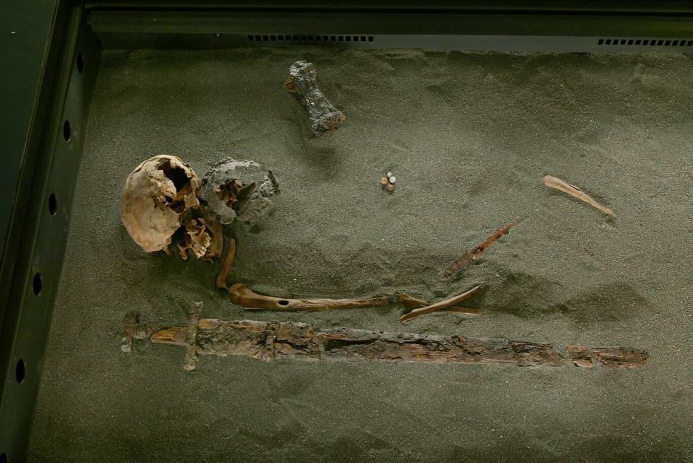 Restos de um dos primeiros povoadores da Islândia, com sua espada.