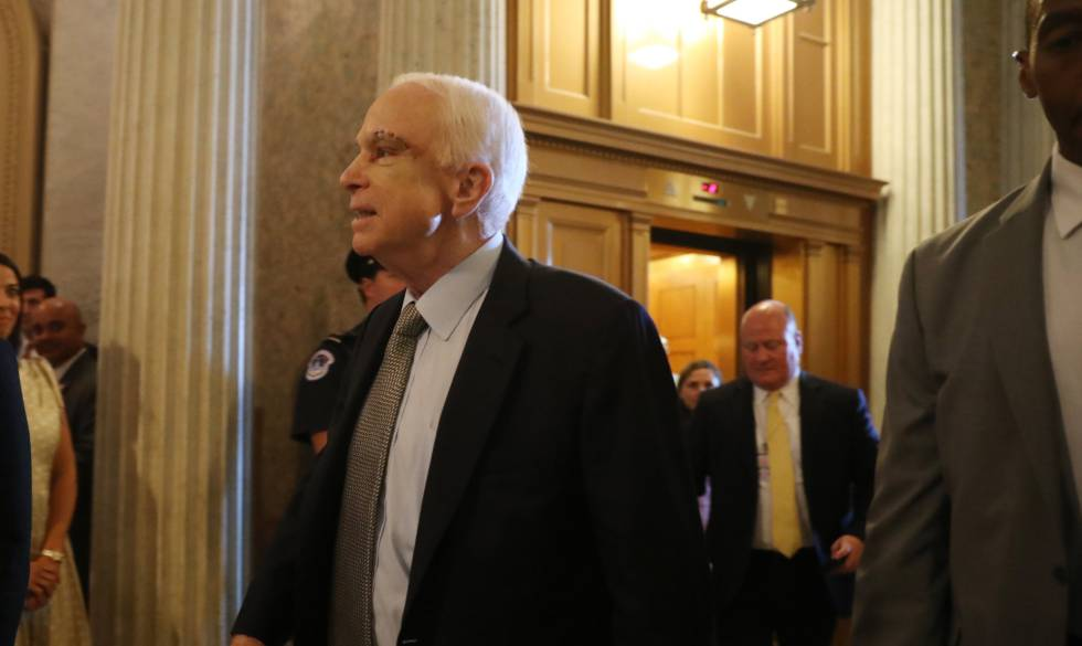 O senador John McCain, recém-operado de um câncer no cérebro, chega à votação.