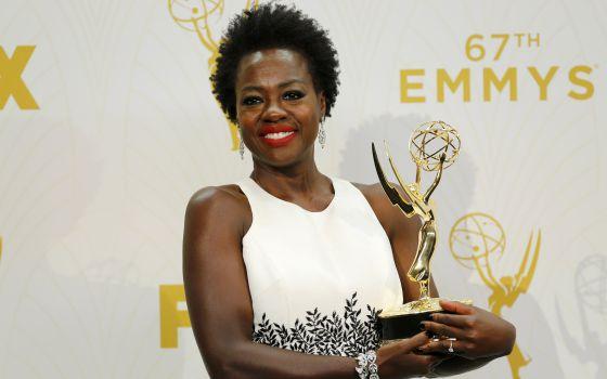 Viola Davis exibe seu Emmy após a premiação.