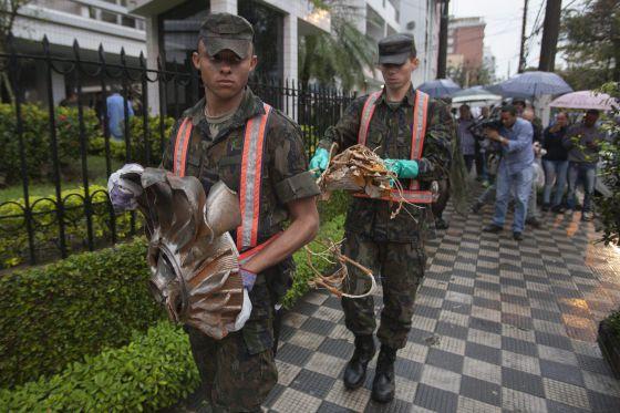 Militares carregam restos da aeronave onde estava Eduardo Campos.