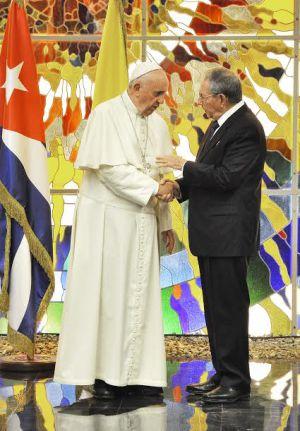 O papa Francisco e o presidente cubano Raúl Castro conversam durante uma troca de cumprimentos no Palácio da Revolução de Havana.