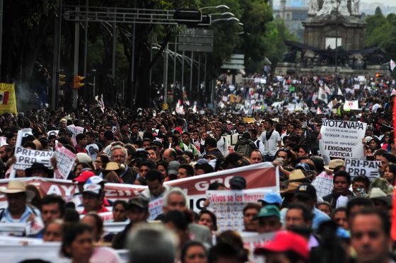 Manifestação reúne mais de 50 mil na Cidade do México.